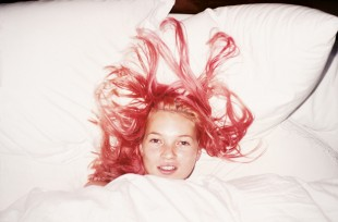 Juergen Teller, Young Pink Kate, London, 1998. C-print, framed, 45 x 55.5 cm. © Juergen Teller and Christine König Galerie.