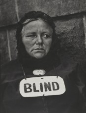 Paul Strand, Blind Woman, New York, 1916. Gelatin silver print, 32.4 × 24.8 cm. Colecciones FUNDACIÓN MAPFRE. © Estate of Paul Strand.