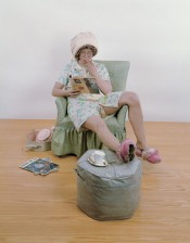 Duane Hanson, Housewife, 1970. Polyester resin and fiberglass, polychromed in oil, mixed media, with accessories, variable dimensions. Astrup Fearnley Collection, Oslo, Norway. © The Estate of Duane Hanson.