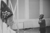 David Hammons installing the exhibition David Hammons: Rousing the Rubble, 1969-1990, PS1,Long Island City, New York, 1990.Photo:Dawoud Bey. © 2016. Digital image, The Museum of Modern Art, New York/SCALA, Florence.